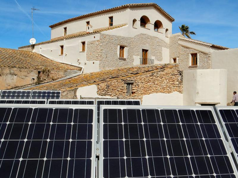La casa rural Mas Llagostera al fons, i en primer terme les plaques solars de la casa. R. LÓPEZ-MONNÉ