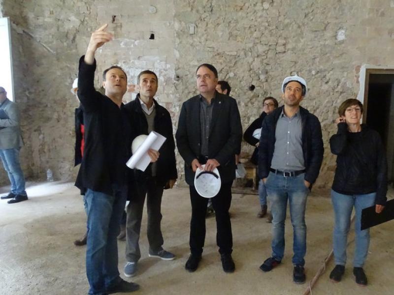 L'alcalde i diversos regidors durant la visita a les obres que es va fer ahir JORDI PREÑANOSA