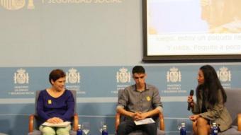 Anna Güell i Mohamed G., durant la intervenció en la trobada a Madrid. CARITAS
