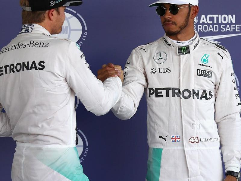 Lewis rep la salutació de Nico després de fer la 'pole' AFP