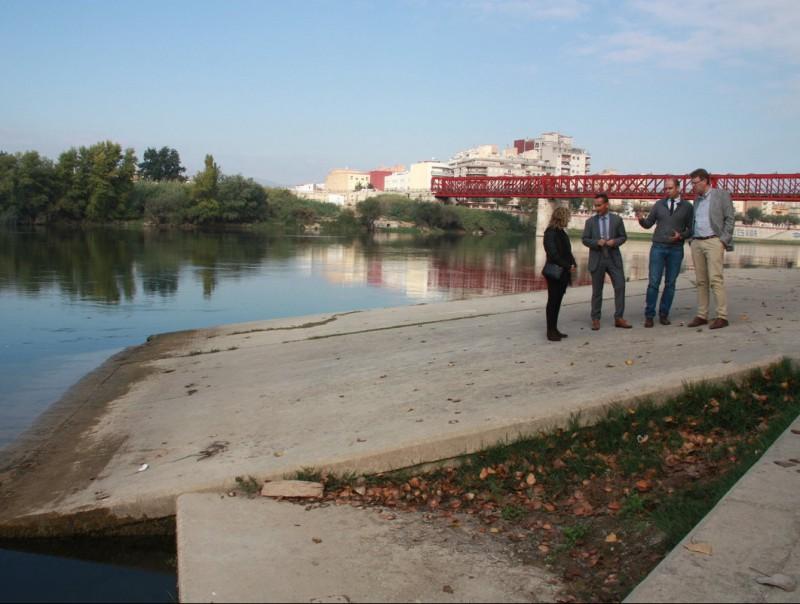 Representants de Ports de la Generalitat i l'Ajuntament de Tortosa, ahir a l'embarcador fluvial. ACN