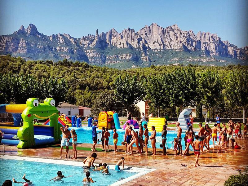 Imatge d'arxiu de les piscines de Castellbell, que daten del 1982, amb Montserrat al fons AJCV