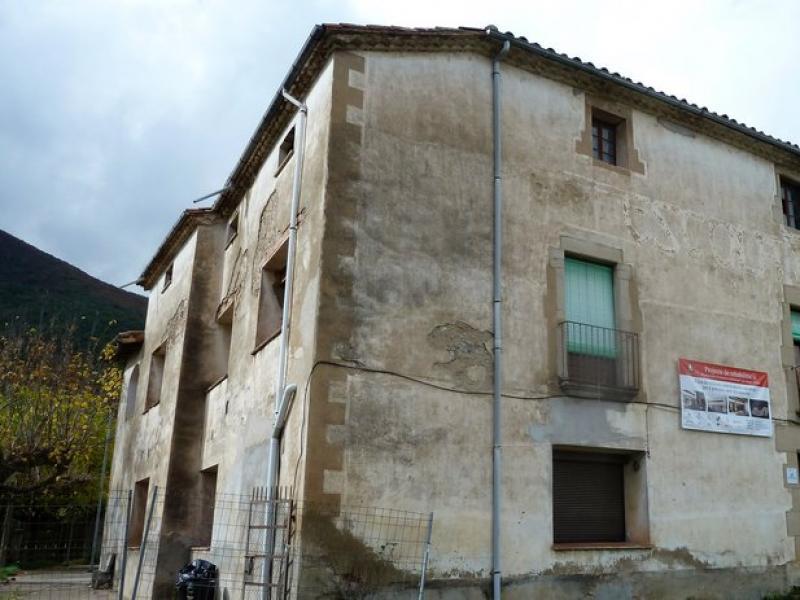 Una vista exterior i general de l'edifici de la rectoria de Sant Feliu de Pallerols. J.C