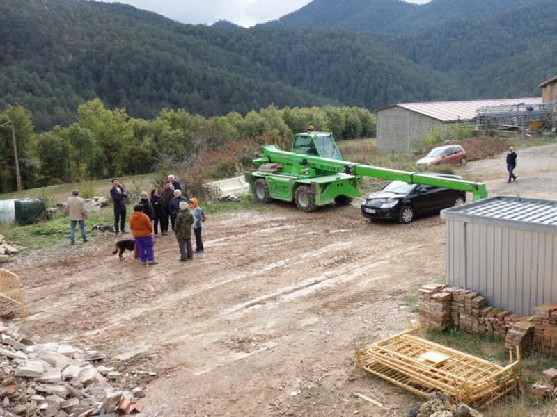 Veïns de Borredà fan guàrdia en un dels accessos als terrenys on s'ha de construir la depuradora per tal d'evitar que les màquines hi arribin i comencin a treballar MARC CANTURRI