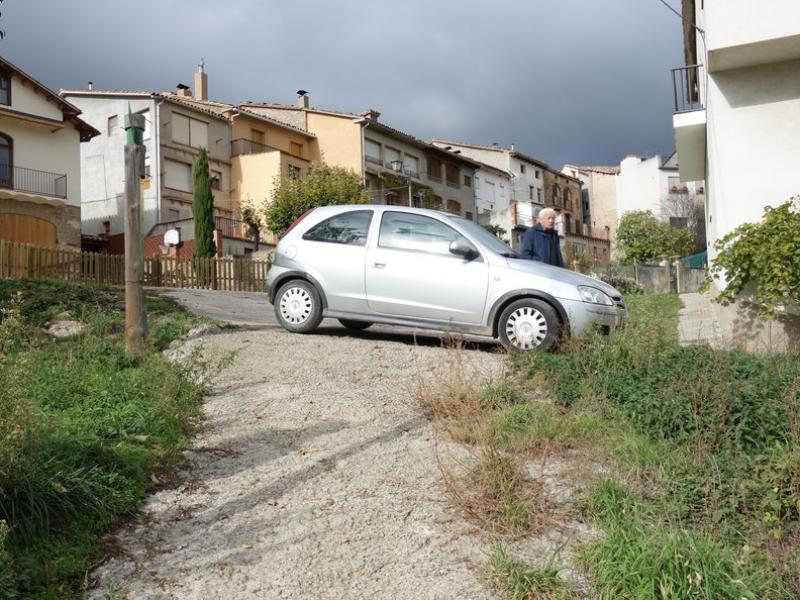 Un cotxe impedint el pas de les màquines per un camí de Borredà, dilluns passat MARC CANTURRI