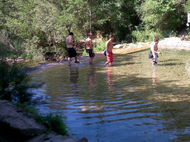 Joves banyant-se a la captació del Gomarell, al costat del camí de Sant Aniol. R. E