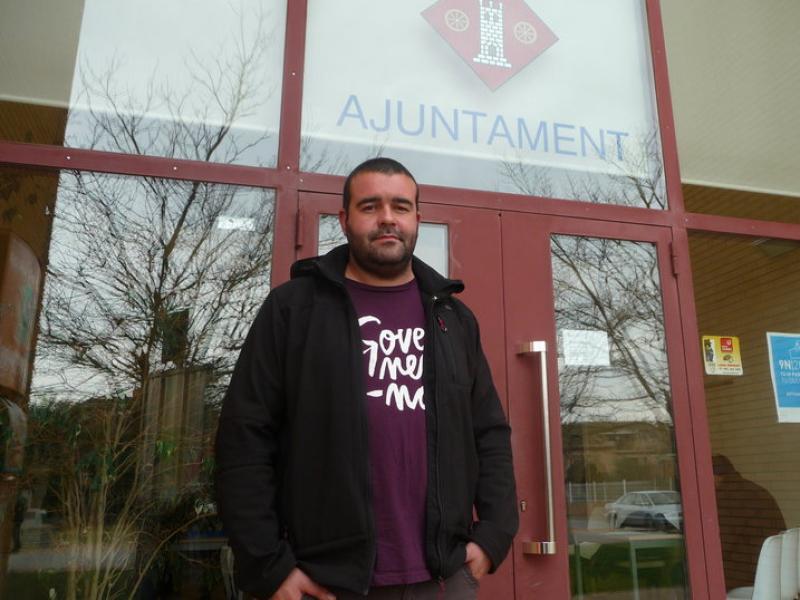 Robert Sabater , alcalde de Viladamat en una imatge d'arxiu davant l'Ajuntament E.C