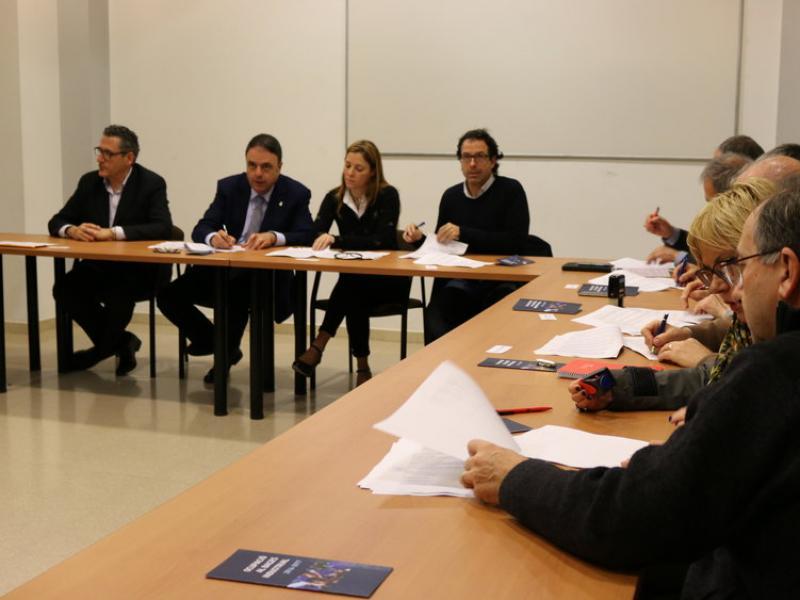 Alguns dels alcaldes que participen en el programa signen el conveni, ahir CARMINA OLIVERAS