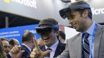 Puigdemont provant unes olleres en el Smart City Expo World Congress EFE