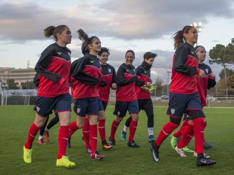 Les jugadores de la selecció en un moment de l'entrenament que van fer ahir al CAR de Sant Cugat ÀLEX GALLARDO / FCF