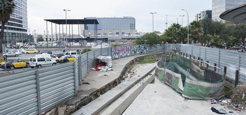 afd1b1f0 El tram de la plaça pendent de ser urbanitzat des la fi de les obres del  túnel del TAV (2011) a l'altura del carrer Provença de Barcelona JOSEP  LOSADA.