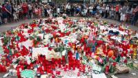 Imatge de flors, espelmes i objectes diversos en record a les víctimes de l'atemptat del 17 d'agost de 2017 a la Rambla