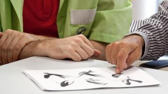 Una persona es fa un test per detectar indicis d'Alzheimer