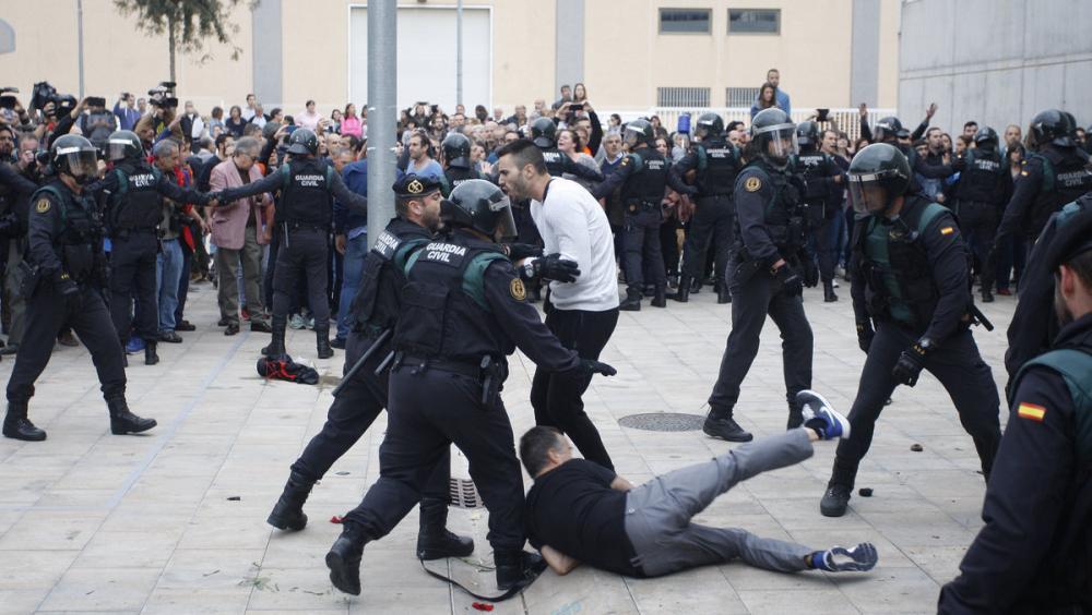 Imatges de l'actuació de la Guàrdia Civil a Sant Julià de Ramis l'1-O