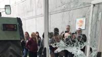 Estat de la porta d'entrada al pavelló de Sant Julià de Ramis, l'1-O