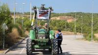 Imatge d'una tractorada a l'exterior de la presó del Puig de les Basses, l'agost de l'any passat