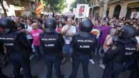 Concentració davant la seu de la CUP pels escorcolls de la Policia espanyola