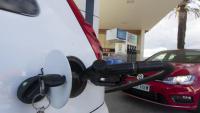 un cotxe en una gasolinera