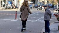 Una patinadora passa pel costat d'un avi