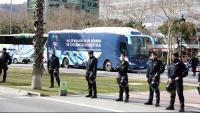 Autobús d'Hazte Oír a la Diagonal de Barcelona custodiat per antiavalots dels Mossos