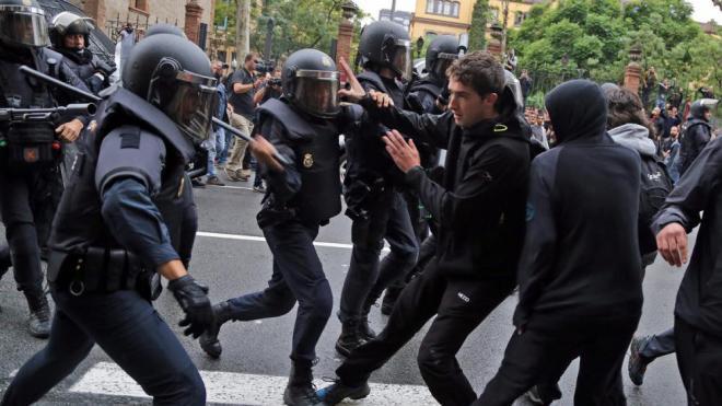 Carregues policials contra els manifestants a l'escola industrial de Barcelona