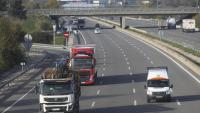 Uns camions circulant per l'autopista, en una imatge d'arxiu