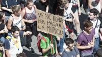 Pancarta contra les taxes universitàries, en una manifestació a Barcelona d'estudiants l'abril del 2018