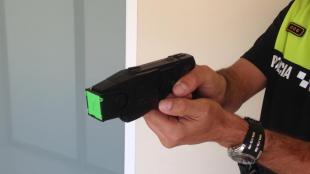 Detall d'una pistola elèctrica, una Taser, que mostra un policia local, en una imatge d'arxiu.