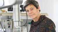 Alícia Casals amb el robot de cirurgia 'Bitrack'