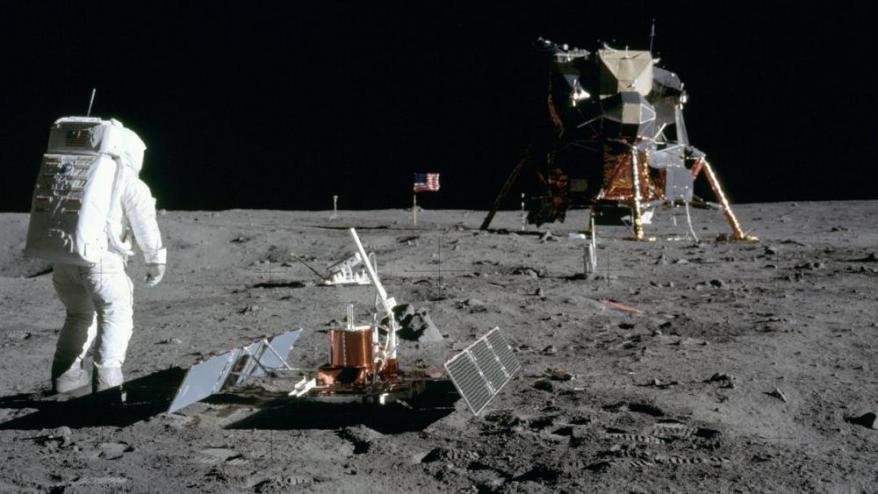 El mòdul lunar i Aldrin desplegant material científic.