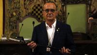 El nou paer en cap de Lleida, Miquel Pueyo, amb la vara d'alcalde després de ser investit