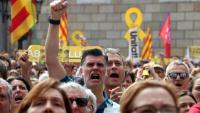 Manifestants independentistes saluden l'aparició de Joaquim Forn a la gran pantalla de Plaça Sant Jaume que retransmet el ple municipal de constitució de l'Ajuntament de Barcelona