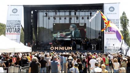 Un dels escenaris i el públic del festival 'Cultura contra la repressió', organitzat per Òmnium Cultural, amb una pantalla que mostra Jordi Cuixart durant el judici de l'1-O al Tribunal Suprem
