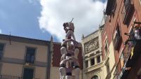 El 3 de 9 descarregat pels Minyons de Terrassa, ahir, a  la plaça de Sant Pere de Berga (esquerra), i el 3 de 9 que la Colla Jove Xiquets de Tarragona va plantar dissabte al castell de Montjuïc de Barcelona