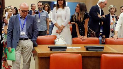 L'advocat de Carles Puigdemont, Gonzalo Boye, davant de les cadires per al president i per a Toni Comín, ahir  al Congrés dels Diputats en l'acte de la Junta Electoral