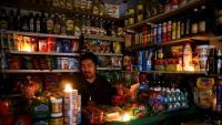 Una botiga il·luminada amb espelmes a Buenos Aires
