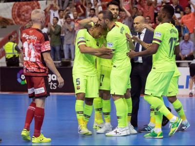 Leo Santana, consolat pels seus companys, es lamenta de l'error en el darrer penal