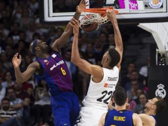 Tavares es penja a la cistella del Barça davant la impotència de Singleton