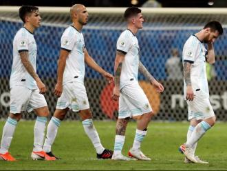 Messi es retira del camp, seguit pels seus companys
