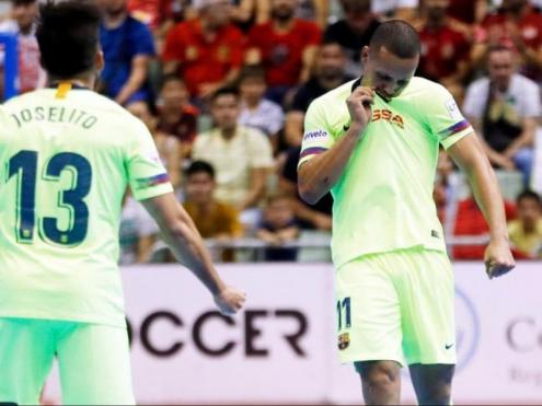 Ferrão petonejant l'escut del Barça després de fer un dels gols que va marcar ahir