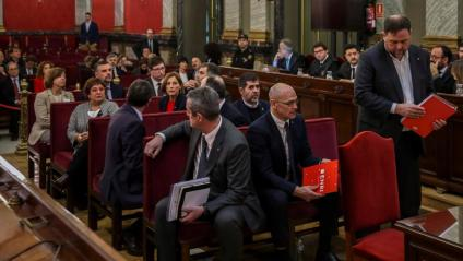 Oriol Junqueras, dret al costat de la resta de presos a la sala del Suprem el 12 de febrer