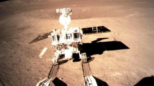 Un vehicle xinès sobre la superfície lunar, en concret a la cara oculta.