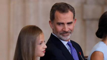 Felip VI mira la princesa Elionor en l'acte d'imposició de condecoracions a ciutadans coincidint amb el cinquè aniversari del seu regnat