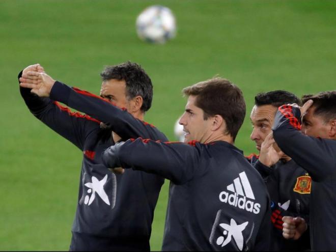 Luis Enrique i Robert Moreno, amb altres membres del cos tècnic de la selecció espanyola