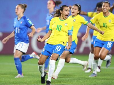 Marta celebra el gol contra Itàlia que la va convertir en la màxima realitzadora de la història dels mundials