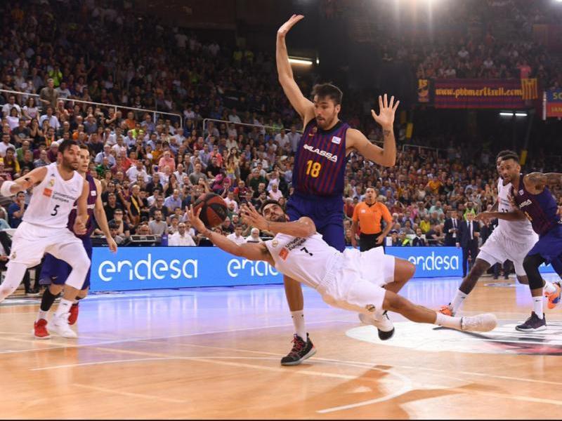 Campazzo rellisca en l'última acció en un parquet humit per la pressió d'un Palau Blaugrana increïble