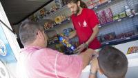 Un home i un nen, l'any passat, comprant petards per Sant Joan en un establiment de pirotècnia