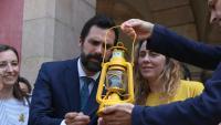 Roger Torrent distribueix la Flama del Canigó que va arribar ahir fins al Parlament de Catalunya procedent de la Catalunya del Nord