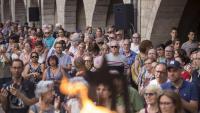 A l'esquerra, la celebració de la tradicional sardana de Corpus a Olot. A la dreta, ambient a la plaça del Vi, presidida per la Flama del Canigó