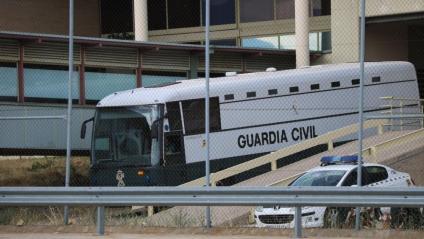 L'autocar que transporta Junqueras, Romeva, Sànchez, Cuixart, Forn, Rull i Turull, sortint ahir de Soto del Real amb destinació al centre de Valdemoro